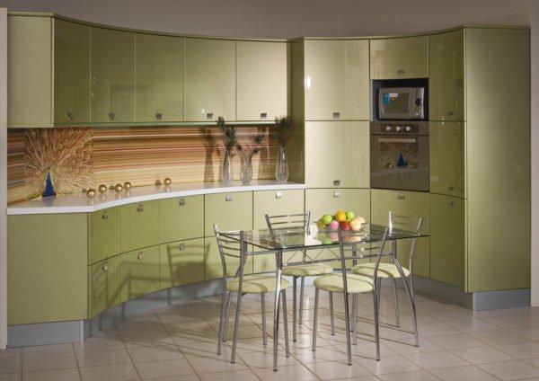 Кухонный фартук может быть в тон гарнитура, а может быть контрастным