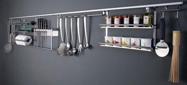Кухонный рейлинг — очень практичный и удобный вариант хранения различных предметов