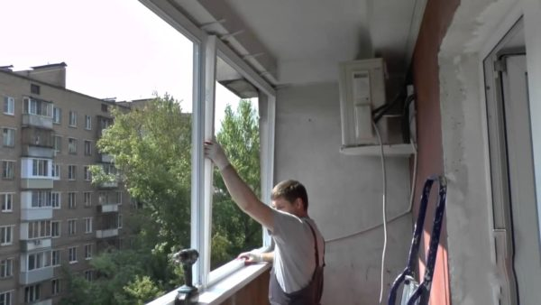 Купейные окна можно снять с балкона и своими силами.