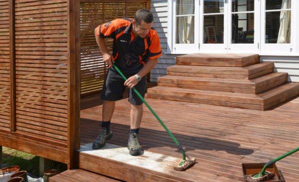 Лак надежно защитит древесину от атмосферных воздействий.