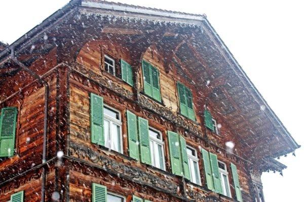 Лаковое покрытие не должно разрушаться от зимних холодов.