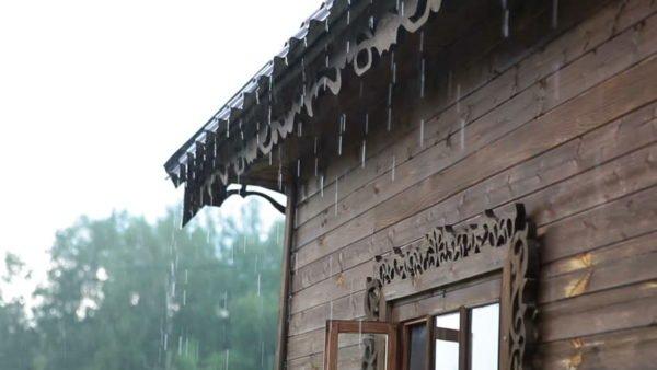 Лаковый слой должен защищать древесину от влаги.