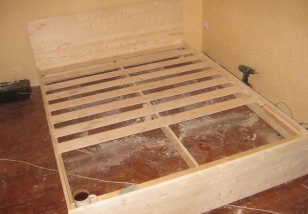 Ламели лучше располагать поперек кровати, это обеспечивает ортопедический эффект во время сна