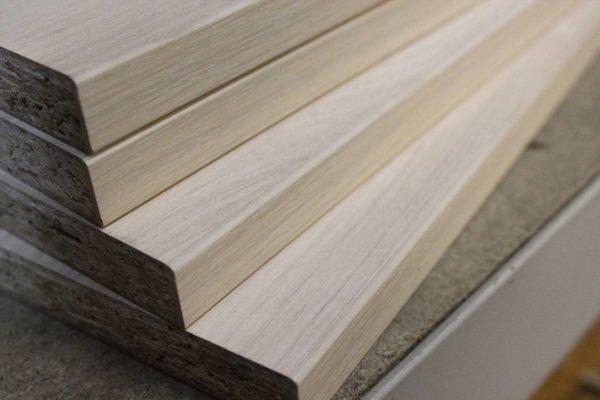 Ламинированная стружечная плита внешне очень похожа на деревянный мебельный щит