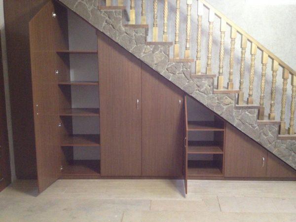 ЛДСП и МДФ считаются золотой серединой в обустройстве шкафов под лестницей.