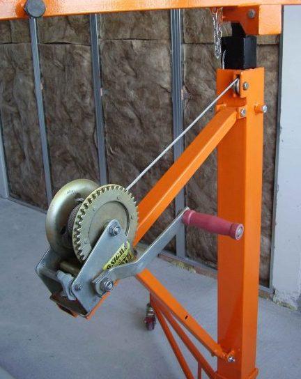 Лебёдка обеспечивает механизированный подъём гипсокартона, который под силу выполнить одному человеку