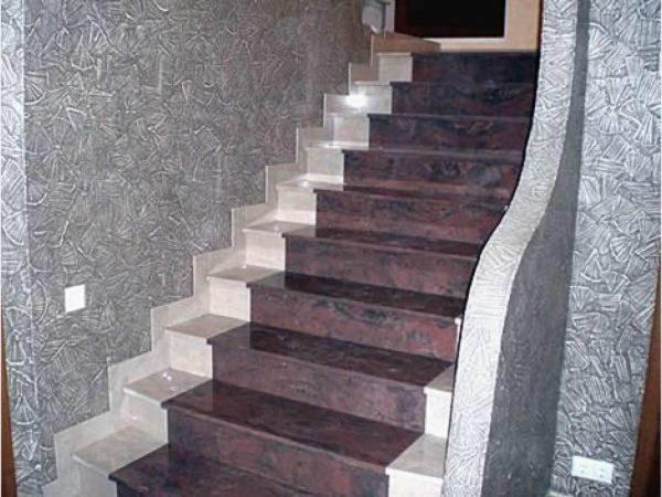 Лестница в доме отделанная керамогранитом.