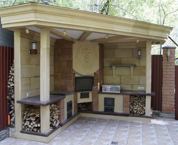 Летняя кухня с камином открытого типа не представляет опасности, так как не накапливает продукты горения