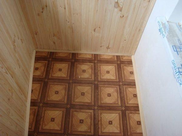 Линолеум будет уместен на теплом балконе или лоджии.