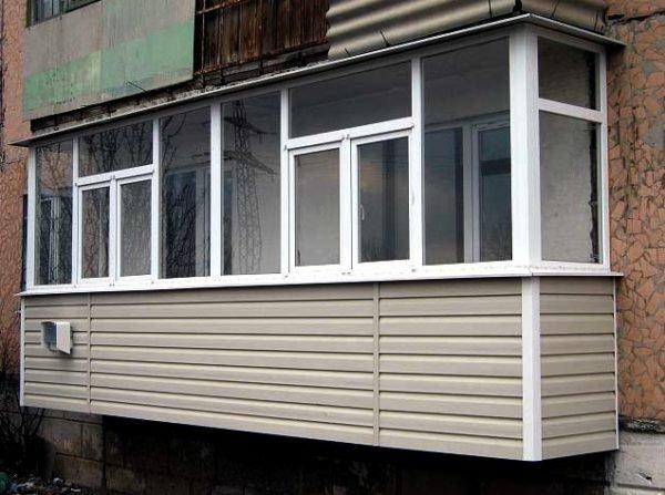 Лоджия или балкон после отделки сайдингом приобретет презентабельный вид