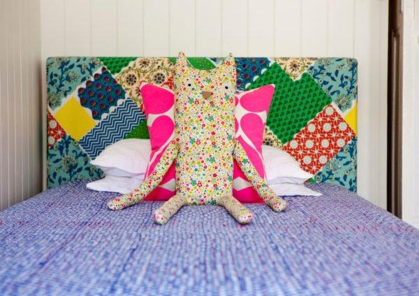 Лоскутный подголовник от гладкой модели отличается только видом обивочной ткани.