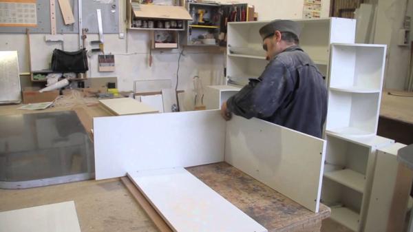 Лучше приступать к сборочным работам в специально оборудованной мастерской, но за неимением мастерской заняться этим можно и дома