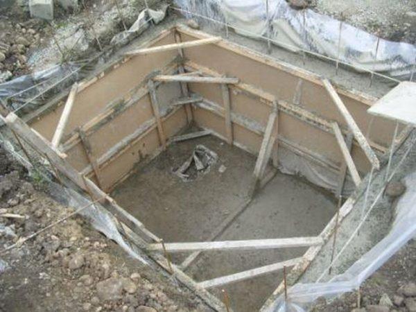 Лучше всего делать хранилище еще до постройки дома