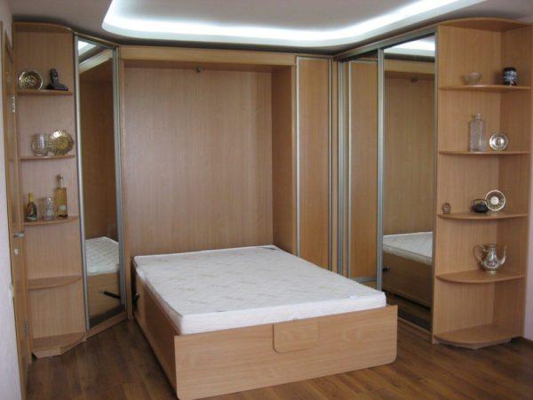 Маленькая комната перестает быть тесной, если кровать спрятать в шкаф