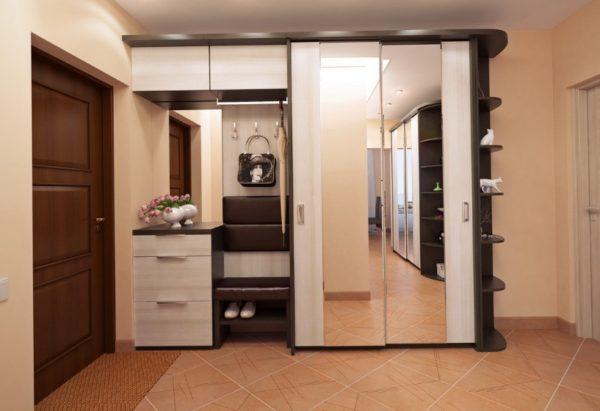 Малогабаритный гардероб в прихожей может быть достаточно вместительным, если все элементы тщательно продуманы