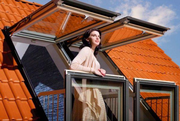 Мансардные окна со складным балкончиком считаются последним писком моды.