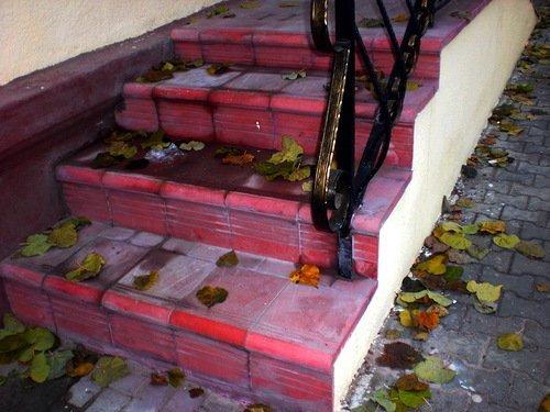 Матовая плитка на бетонном крыльце.