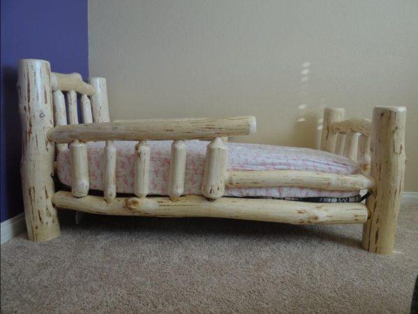 Мебель, сделанная из окоренного бревна, может быть не только надежной, но и красивой