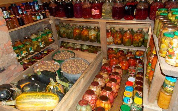 Место для хранения овощей и заготовок под домом должно иметь достаточную площадь