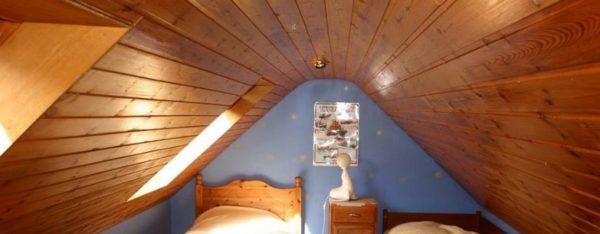 Место для сна на небольшом чердаке