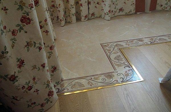 Металлические планки разделяют плитку и ламинат.
