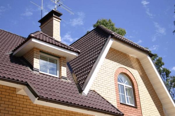 Металлочерепица, как и любой другой листовой кровельный материал, требовательна к углу наклона крыши
