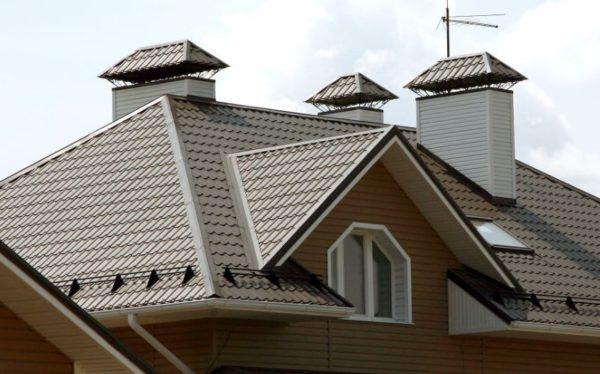 Металлочерепица подходит для крыш любого размера и конфигурации