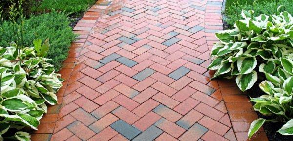 Метод кладки можно активно использовать для садовых дорожек, не только для фасада домов