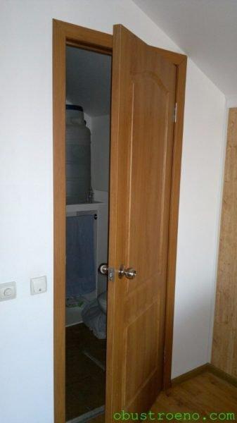 Межкомнатная дверь должна фиксироваться в полуоткрытом положении, не закрываясь и не открываясь самостоятельно.