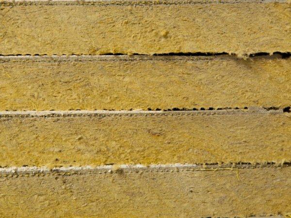Минеральная вата — материал неподходящий для утепления фундамента по причине своей гигроскопичности