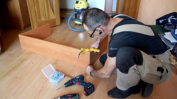 Минимум инструмента, плюс начальные навыки столяра — это то, что нужно для сборки шкафа из ДСП