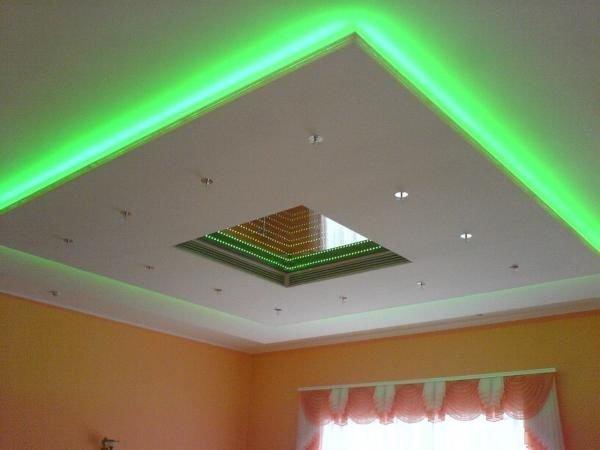 Многоуровневая конструкция с подсветкой.