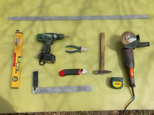 Молоток и плоскогубцы также могут пригодиться в работе, в особенности когда нужно будет резать и гнуть металлические детали