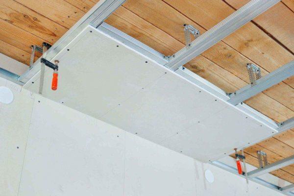 Монтаж потолка из гипсокартона – одно из лучших решений, если вы планируете ремонт монолитного дома