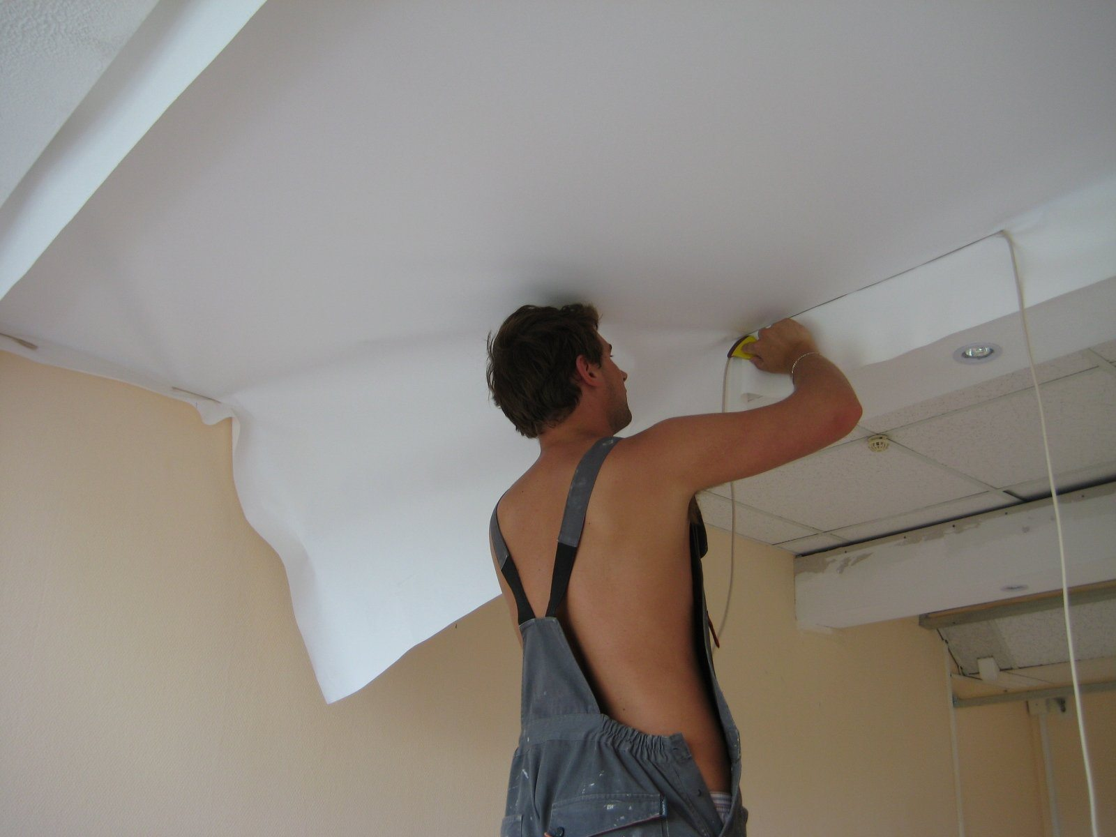 Ремонт натяжных потолков после пореза своими руками (20 фото) 10