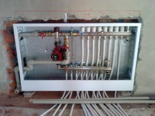 Монтируемый в стене узел позволяет с одного места регулировать температуру во всех помещениях индивидуально
