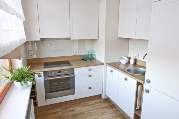 Мойка, холодильник и плита должны располагаться так, чтобы образовывались вершины визуального треугольника – это максимально удобный вариант для готовки