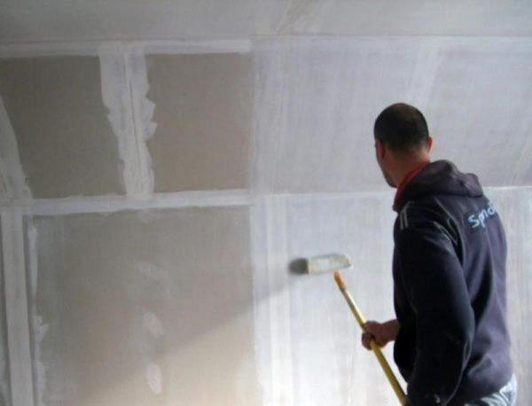 На этом этапе грунтовка по гипсокартону под обои наносится на всю поверхность стены.