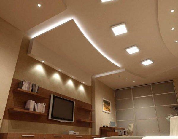 На фото - многоуровневый потолок со встроенными светильниками и скрытой подсветкой.