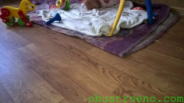 На фото - покрытый линолеумом пол в детской комнате моего дома.
