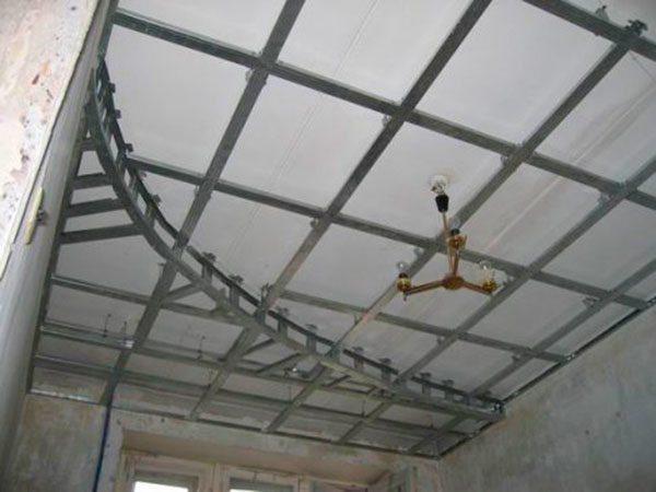 На фото – пример устройства каркаса для многоуровневого потолка