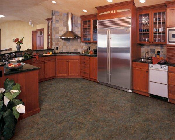 На фото — дизайн кухни с мармолеумом