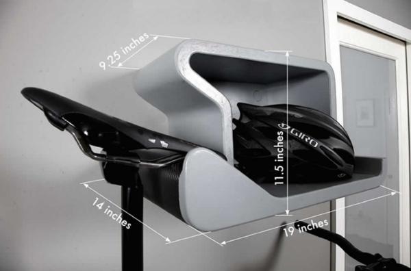 На фото — интересная идея полки, изготовленной из гнутой фанеры – подвес рассчитан на зацеп носком седла