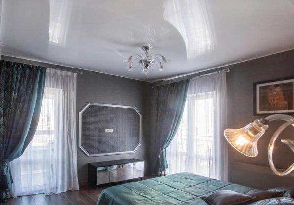 На фото образец глянцевого потолка
