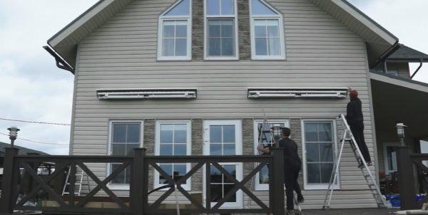 На фото общий вид фасада с собранными маркизами