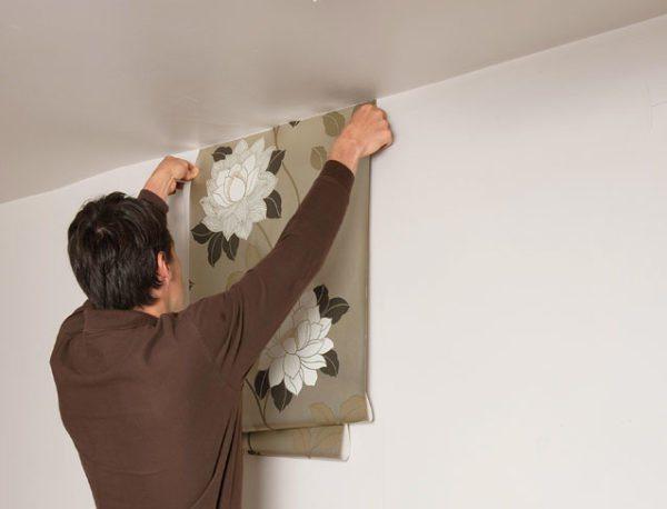На фото: окрашенные стены при правильно подготовке станут отличной основой под обои
