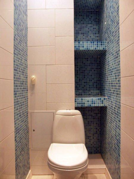 На фото — отделанные кафелем полочки в туалете