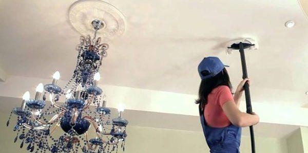 На фото: поддержание чистоты потолка требует определенных усилий