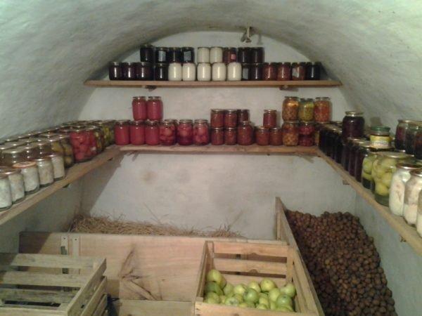 На фото: погреб – очень полезное помещение, в котором можно хранить овощи, фрукты и заготовки на зиму