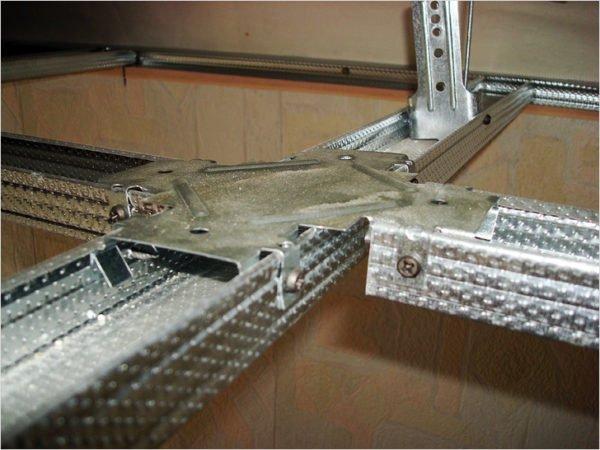 На фото показан краб, который позволяет стыковать потолочные профили в одной плоскости под углом 90°.